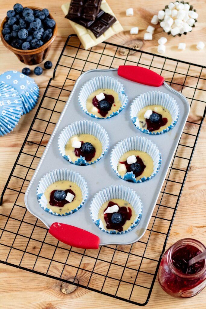 przygotowywanie muffinek konfitura borówki pianki przepis