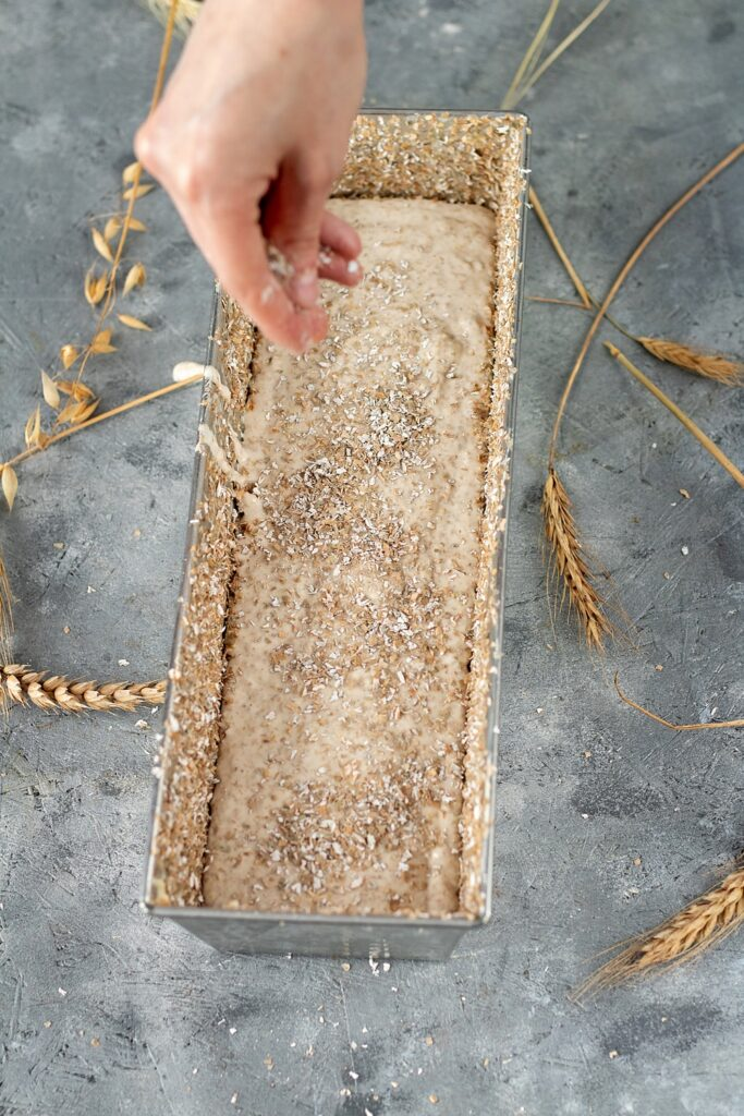 posypywanie Chleba pszenno-żytni z ziarnami na zakwasie.