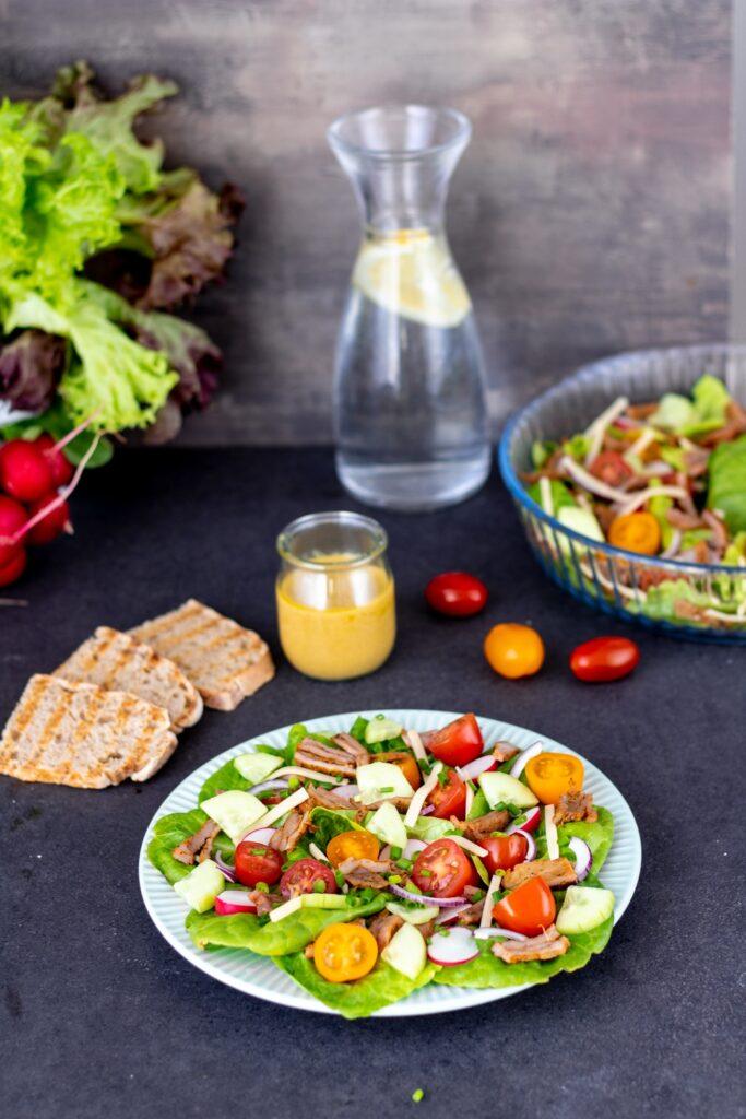 sałatka na talerzu ze świeżymi warzywami i indykiem