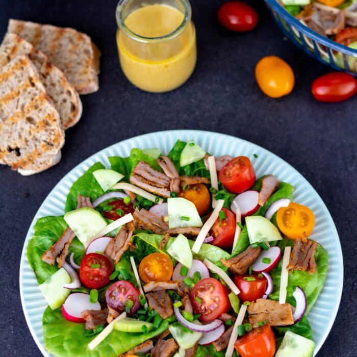 Sałatka z pieczonym indykiem i świeżymi warzywami