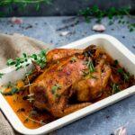 Pyszny soczysty kurczak pieczony w całości z ziołami. Prosty i szybki w przygotowaniu.