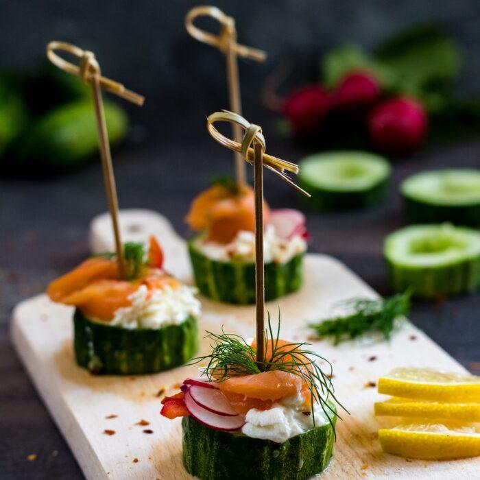 Nadziewane ogórki z serkiem i łososiem szybka i smaczna przekąska.
