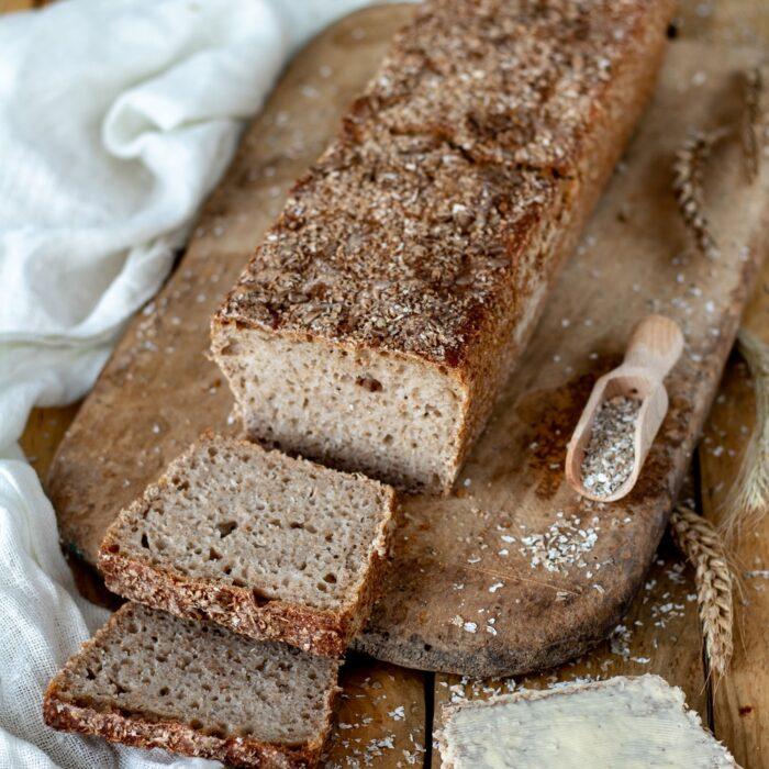 Prosty przepis na chleb pszenno-żytni z ziarnami na zakwasie.