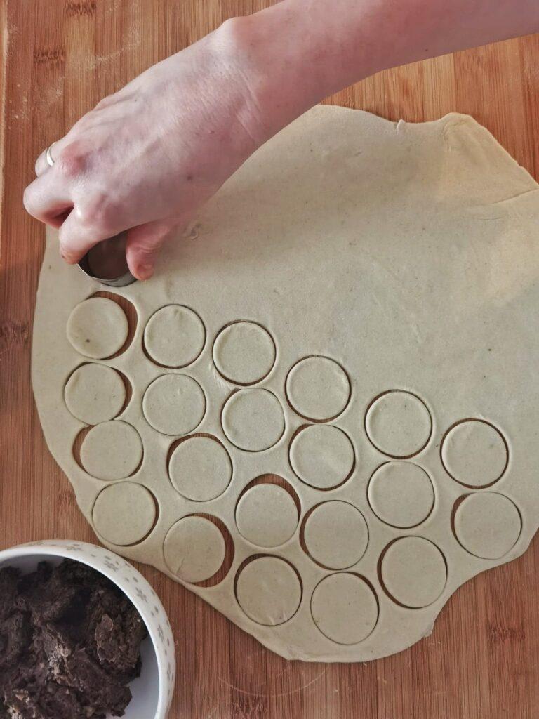 wycinanie ciasta na uszka z grzybami
