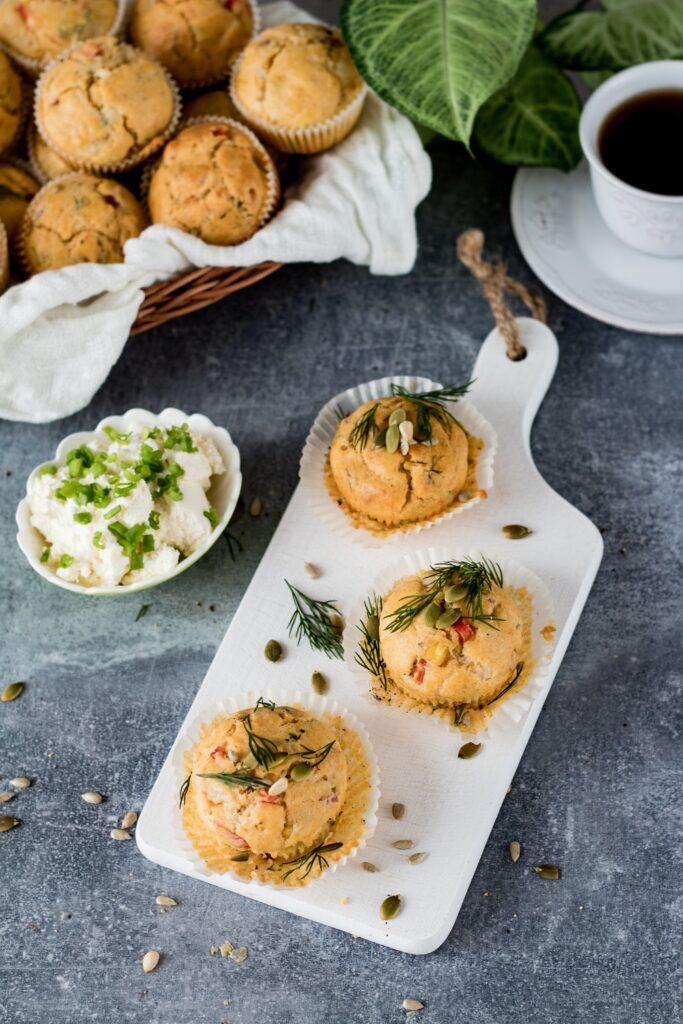 upieczone pyszne Wytrawne muffinki z szynką i warzywami