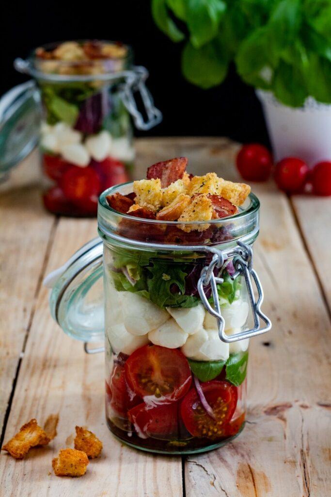 Sałatka warstwowa z mozzarellą i pomidorkami w słoiku przepis
