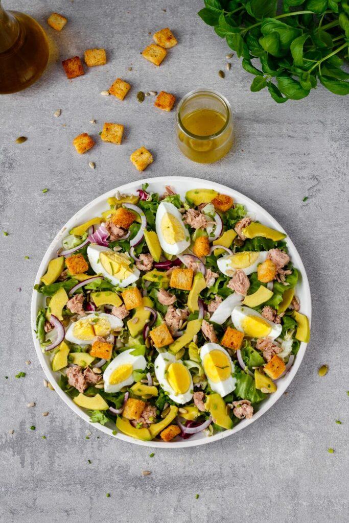 Sałatka z tuńczykiem awokado i jajkiem