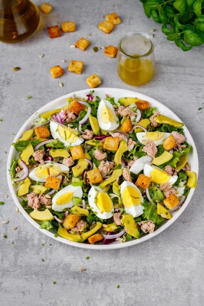 Sałatka z tuńczykiem awokado i jajkiem przepis