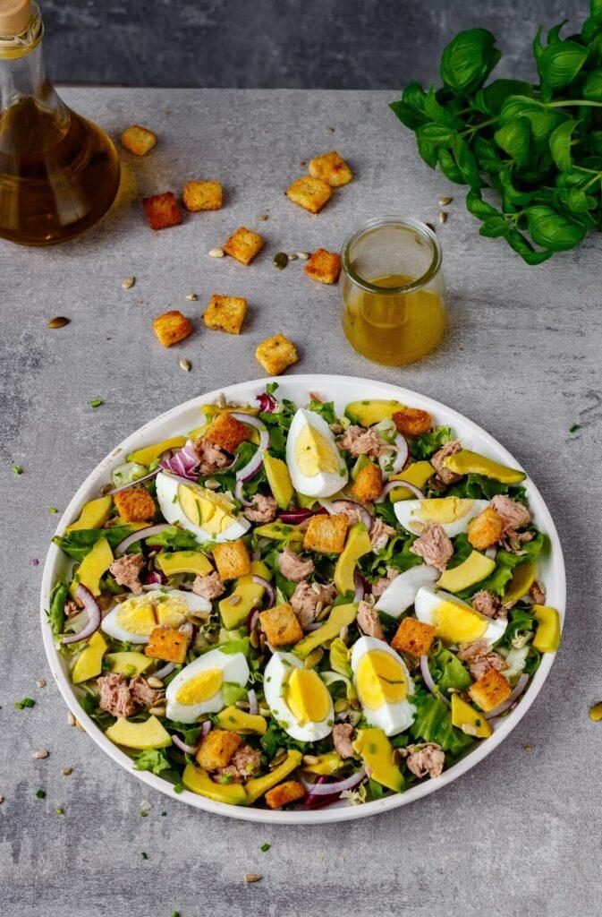 Sałatka z tuńczykiem awokado i jajkiem pyszna szybka pożywna i prosta w przygotowaniu