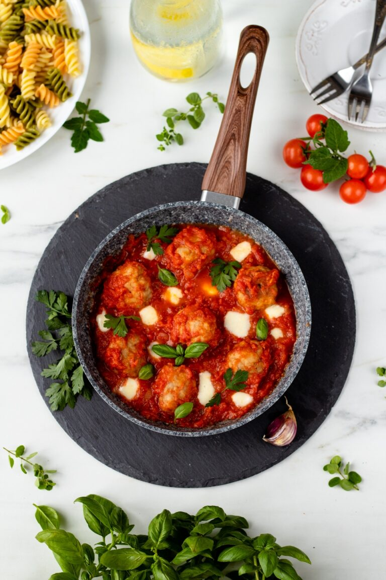 Klopsiki z mozzarellą w sosie pomidorowym