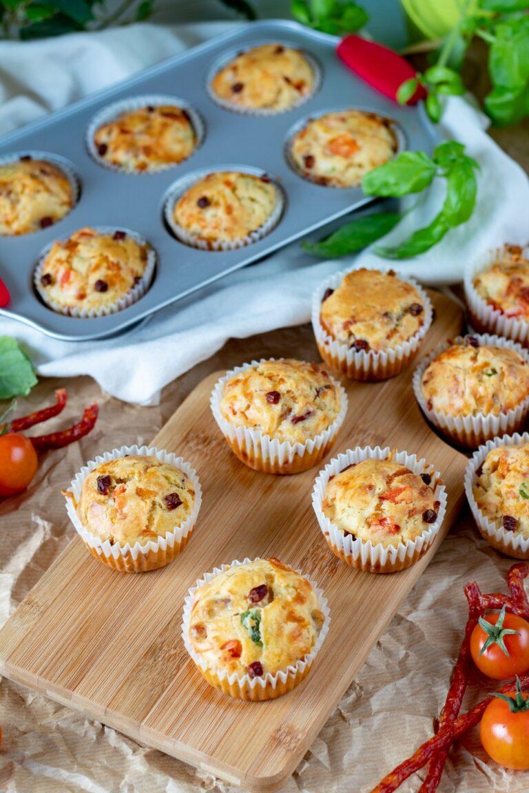 Wytrawne muffinki z kabanosem i warzywami to świetna przekąska,