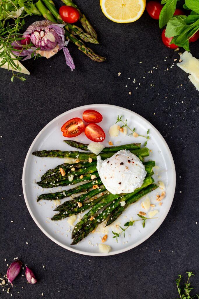przepis na Szparagi smażone na maśle czosnkowo ziołowym