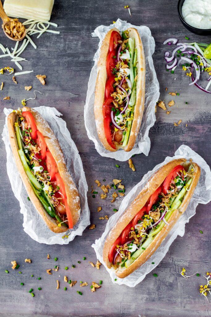 Hot dogi z kiełbaskami warzywami i serem domowe