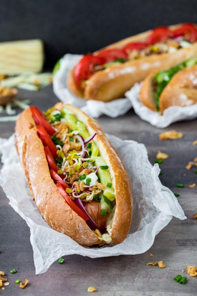 Hot dogi z kiełbaskami warzywami i serem przepis