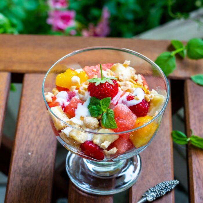 Sałatka owocowa z sosem jogurtowym przepyszna